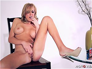 curvy Brett Rossi uses her new fucktoy to please herself