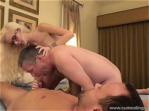Halle Von and Her Cuck spouse Take Turns inhaling man rod
